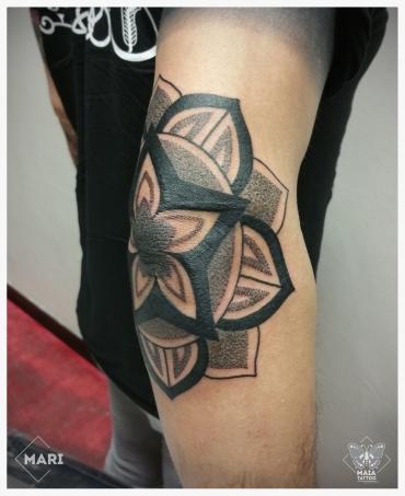 Fotografia di un gomito di uomo con un mandala eseguito come copertura di una stella già esistente, fatto da Marianna Bevilacqua Presso il Maia Tattoo di Milano Cornaredo