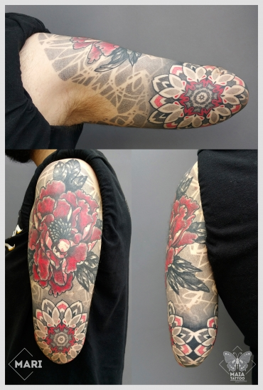 Fotografia di un braccio maschile con un Tatuaggio in stile ornamentale e dotwork con soggetti quali Peonia e Mandala e texture di sfondo, eseguito da Marianna Bevilacqua presso il Maia tattoo di Milano Cornaredo