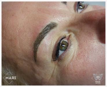 Fotografia di un viso con tatuaggio semipermanente alle sopracciglia ad effetto peto eseguito da Marianna Bevilacqua presso lo studio Maia Tattoo di Milano Cornaredo