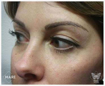 Fotografia di un viso con tatuaggio semipermanente alle sopracciglia con lavorazione a peletto eseguito da Marianna bevilacqua presso lo studio Maia Tattoo di Milano Cornaredo