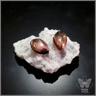 Fotografia di pesi per orecchie in ottone scuro di Diablo Organics, disponibili presso lo studio Maia tattoo di Milano Cornaredo