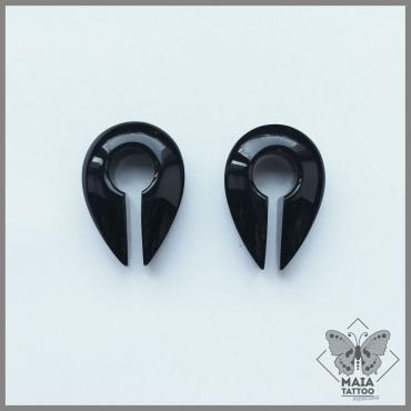 Fotografia di due pesi per orecchie modello Keyhole in vetro nero di Gorilla Glass, disponibili presso il Maia Tattoo di Milano Cornaredo